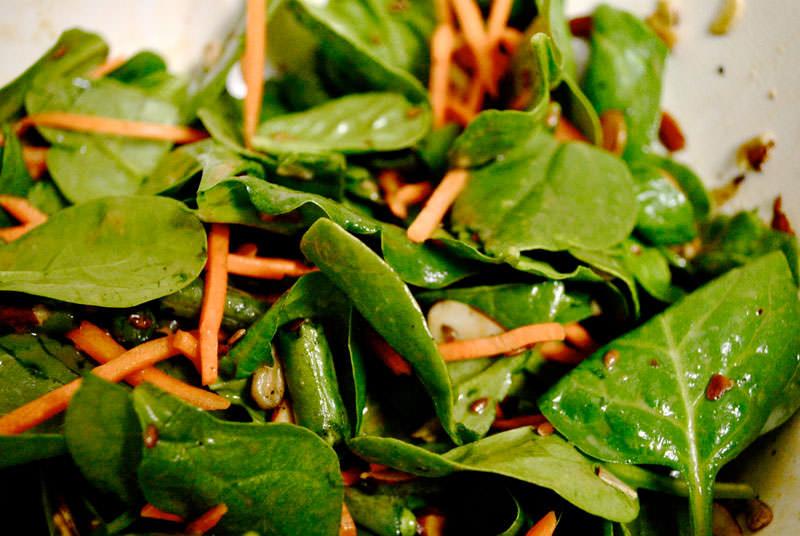 Salata od spanaća sa kukuruzom i šargarepom